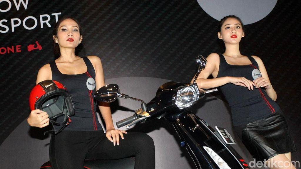 Aksi Gadis Seksi dengan Motor Italia