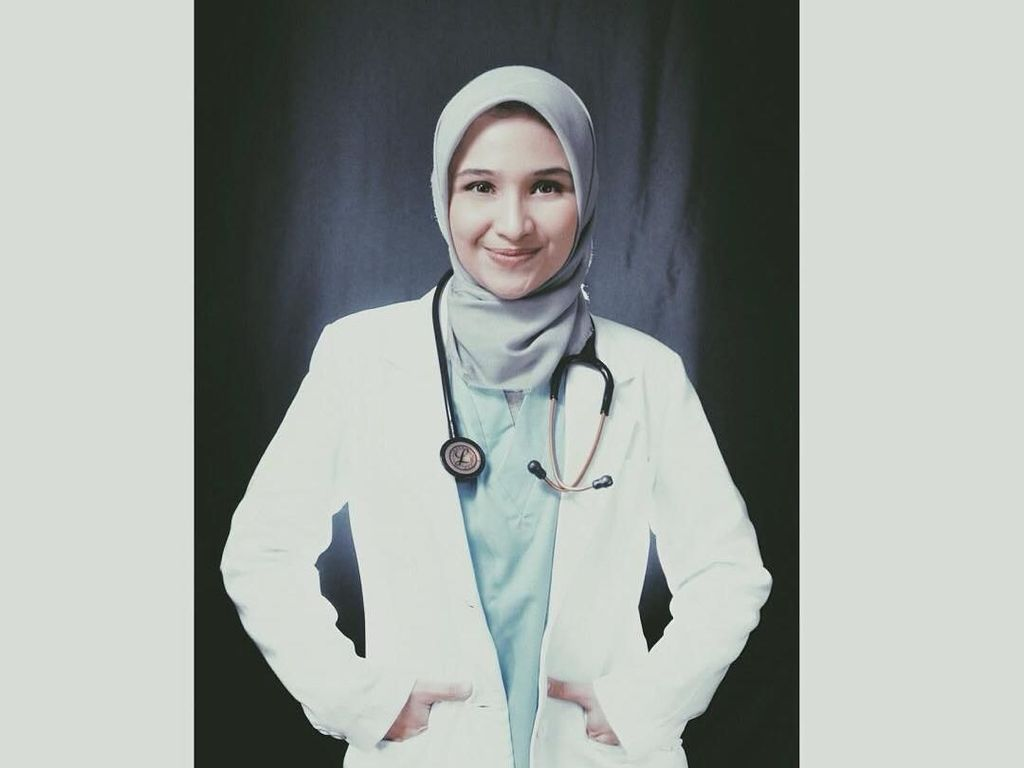 Gaya Hijab Dokter Cantik Adik ZeeZee Shahab, Manis dan Stylish