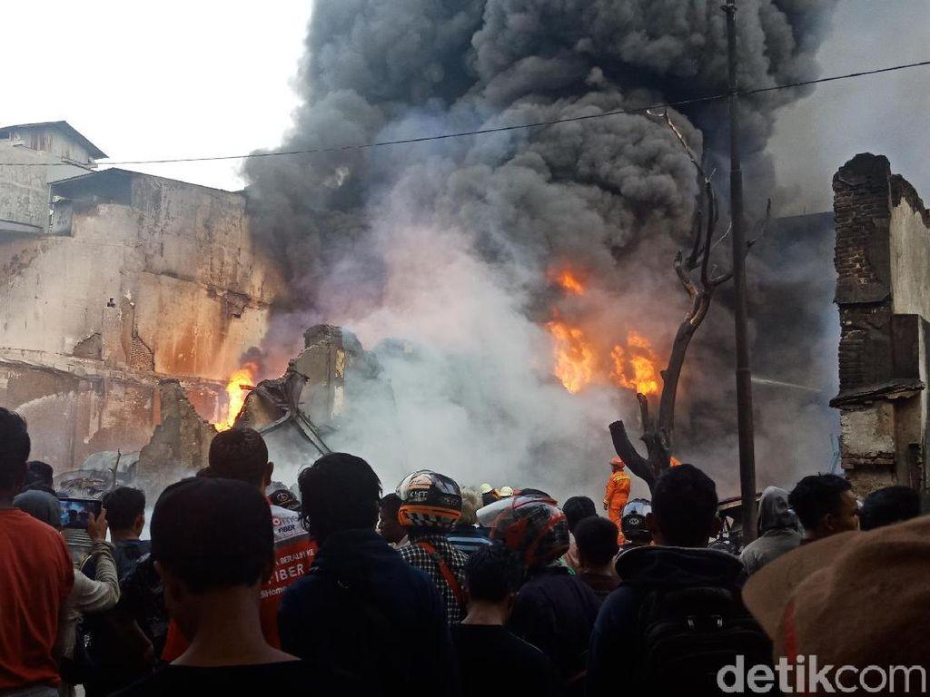 Api di Gudang Kimia Kampung Bandan Masih Berkobar, Warga Menonton