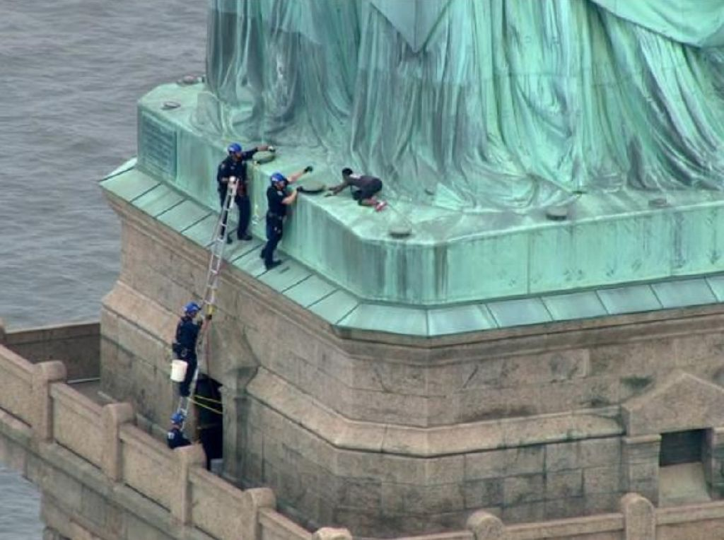 Nekat! Potret Patricia Panjat Patung Liberty di New York