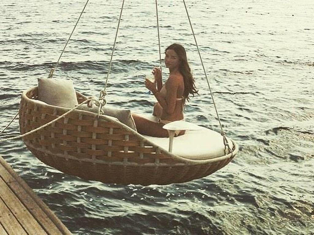 Foto: Kekasih Dele Alli yang Suka Pamer Keseksian di Pantai