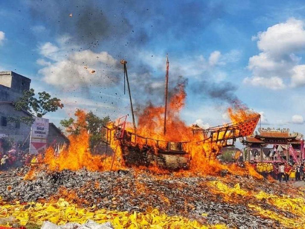 50 Ribu Wisatawan Nonton Tradisi Bakar Tongkang di Riau