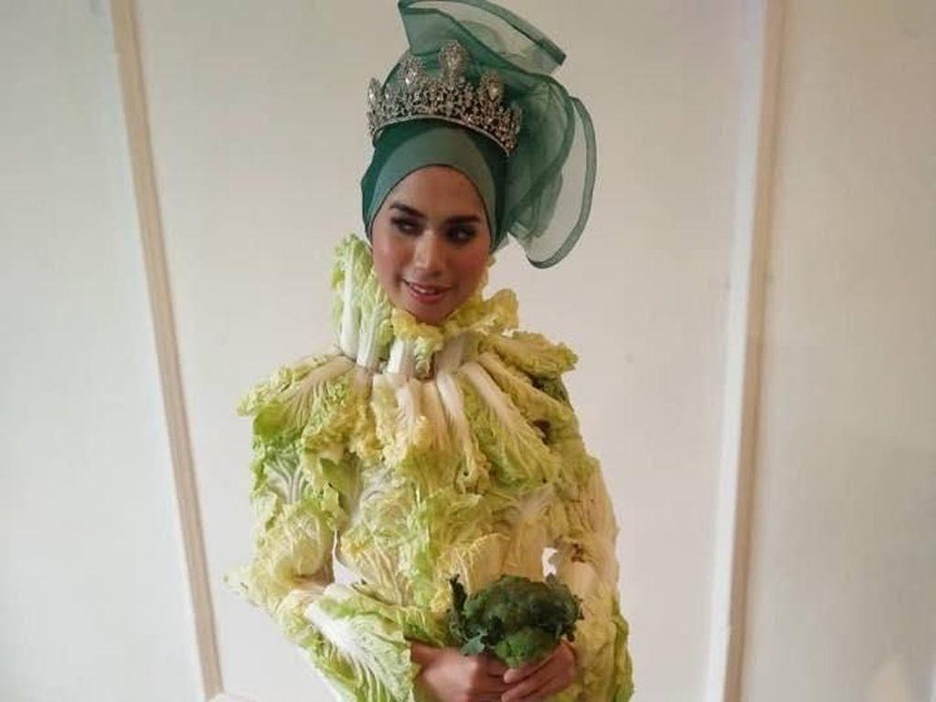 Busana Pengantin Hijab Ini Terbuat dari Sawi Putih, Berani Pakai?
