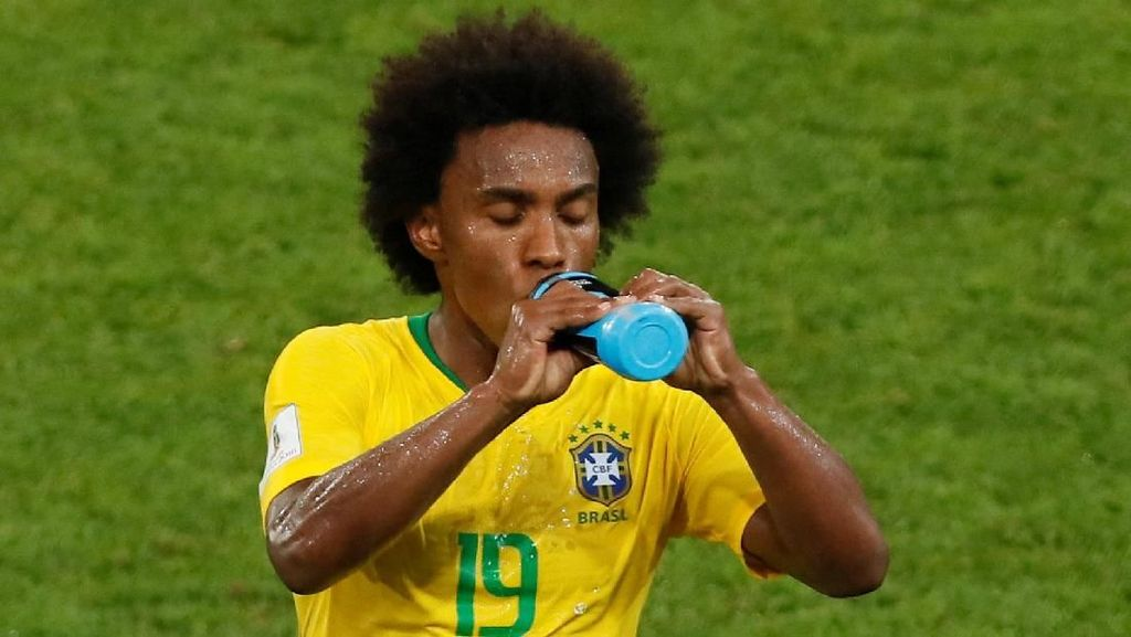Barcelona Serius Kejar Willian