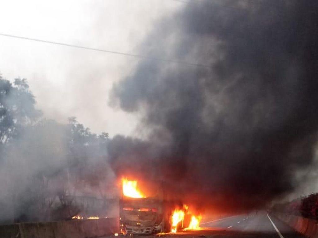 Bus Pahala Kencana Ludes Terbakar di Tol Gresik