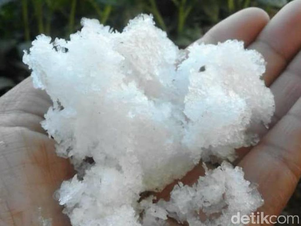 Kala Salju Putihkan Dieng