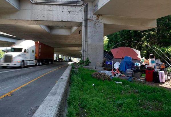 Tenda gelandangan di salah satu sudut kota Seattle di bawah jembatan. Foto: Instagram