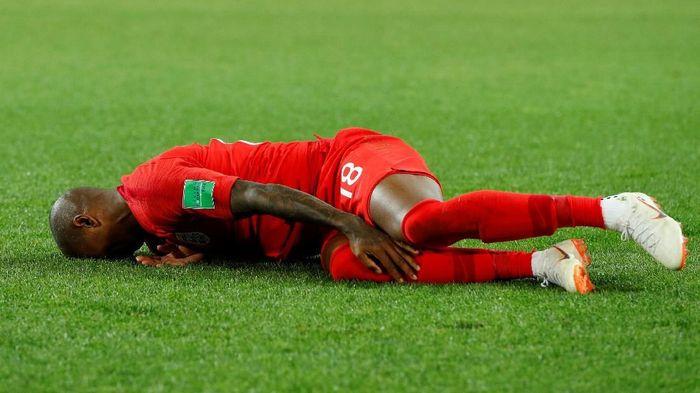 Ashley Young terkapar di lapangan pada laga melawan Kolombia (Foto: John Sibley/Reuters)