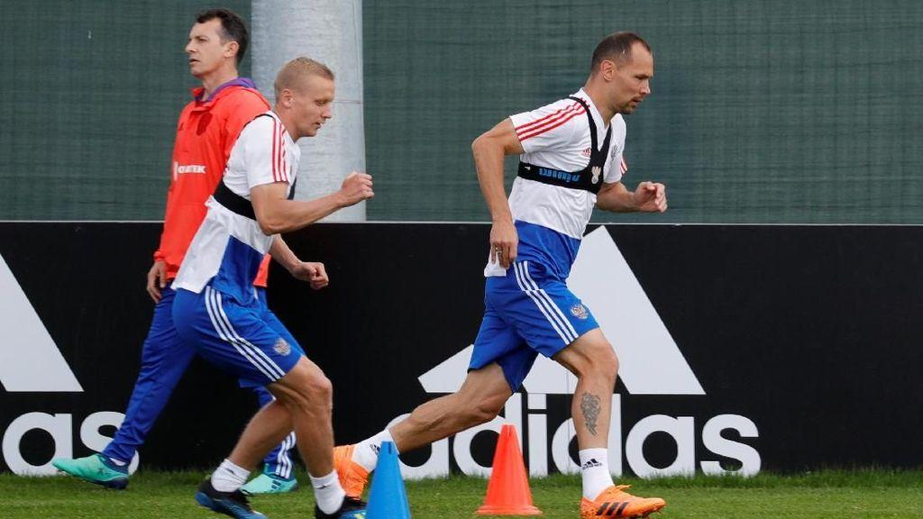 Disebut Mirip Bra, Rompi Apa Sih yang Dipakai Pemain Rusia?