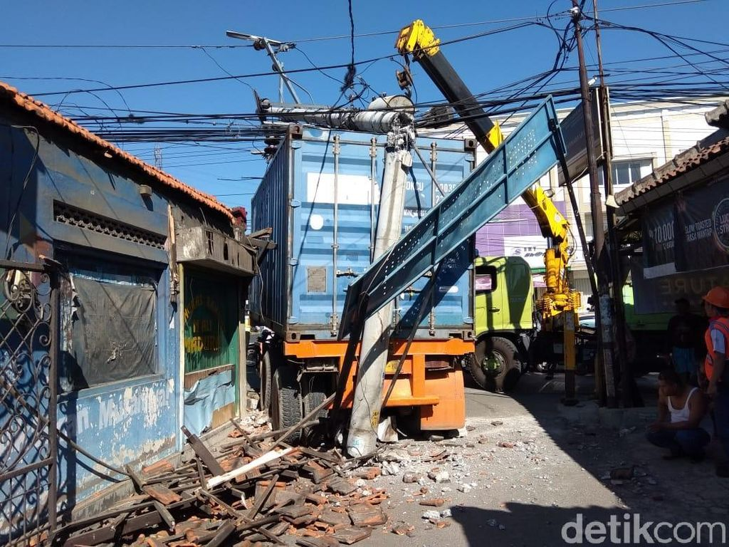 Truk Tabrak Tiang di Ungaran, Arus Lalin Semarang-Bawen Tersendat