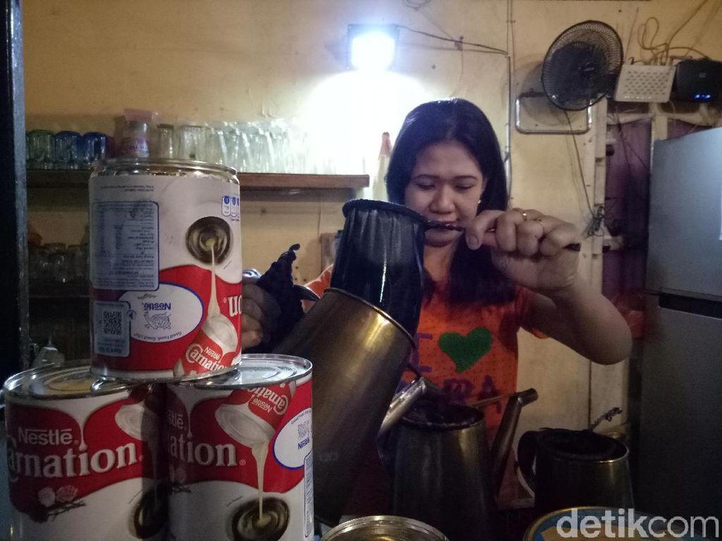 Pemilik Warkop di Makassar Minta Kejelasan Soal Susu Kental Manis