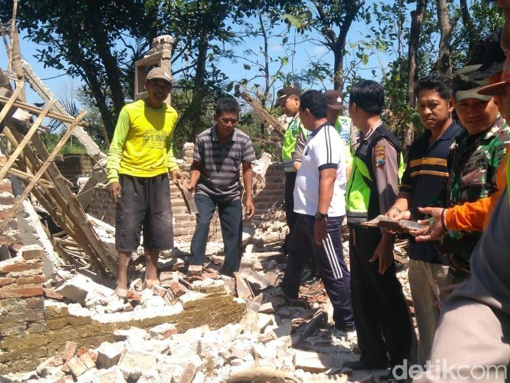 Diterjang Angin Kencang, Rumah Warga di Ponorogo Roboh