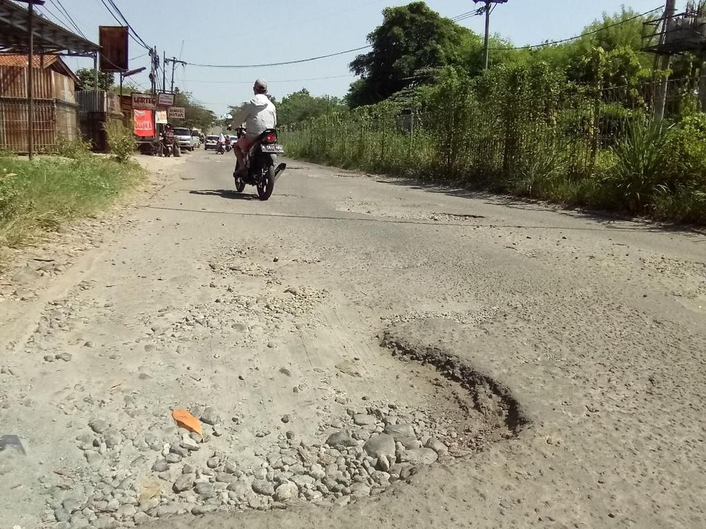 Pengendara Sering Terjatuh di Jalan Gas Alam Depok yang Berlubang