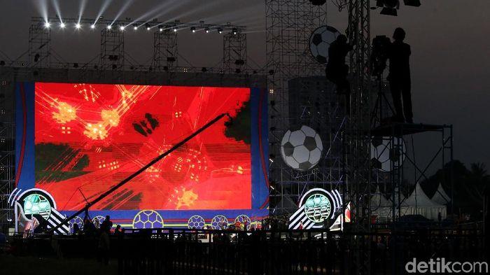 Layar raksasa dalam acara nobar Piala Dunia 2018 di Lapangan Sunburst BSD (Foto: Ari Saputra)