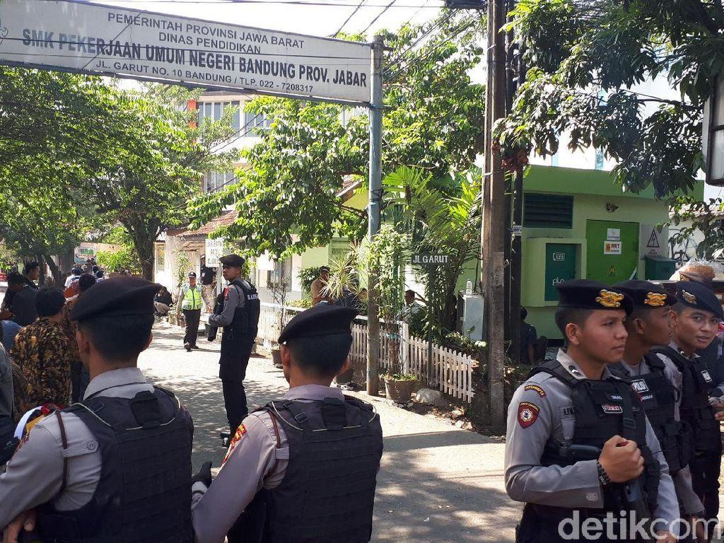 Rekapitulasi Pilgub, Kantor KPU Jabar Dikawal Polisi Bersenjata