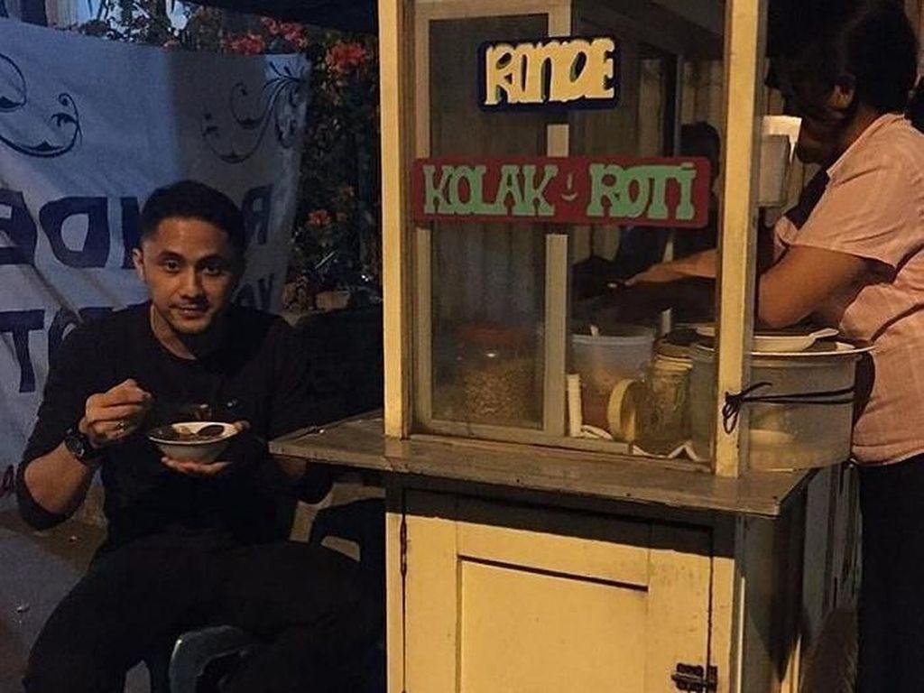 Makan Wedang Ronde dan Goreng Bala-bala, Serunya Kulineran ala Hengky Kurniawan