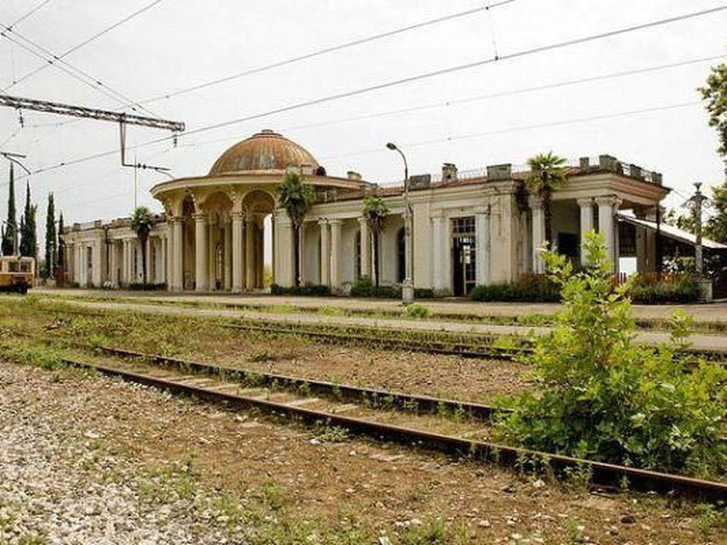 Stasiun-stasiun Megah yang Kini Jadi Bangkai