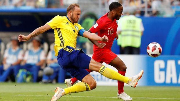 Andreas Granqvist mengenakan kaus kaki bermerek yang dilarang FIFA di Piala Dunia 2018. (