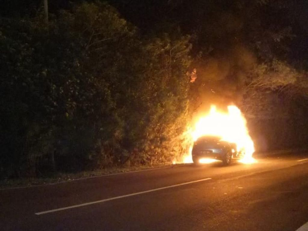 Mobil Sedan Terbakar di Exit Tol UKI