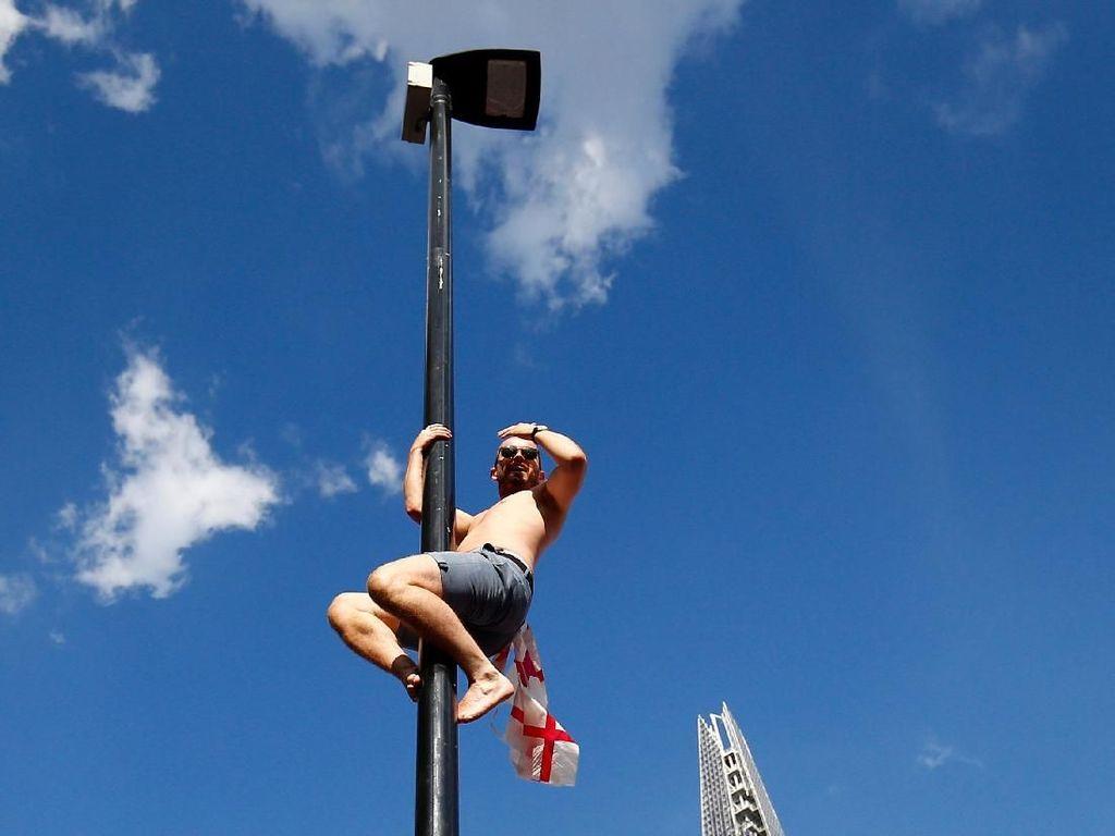 Perayaan Gila Fans Inggris: Panjat Lampu Merah Hingga Rusak Taksi