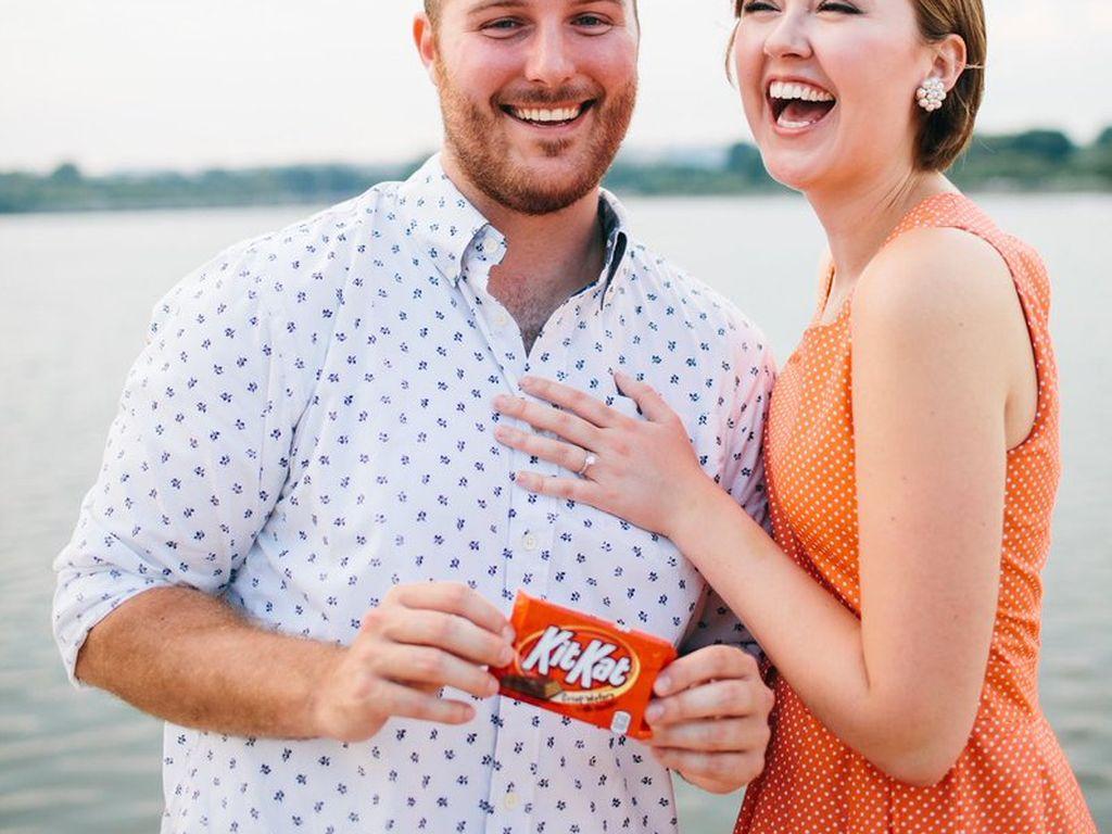 Karena Tak Bisa Makan Kit Kat, Pria Ini Lamar Kekasih Pakai Kotak Cincin Kit Kat
