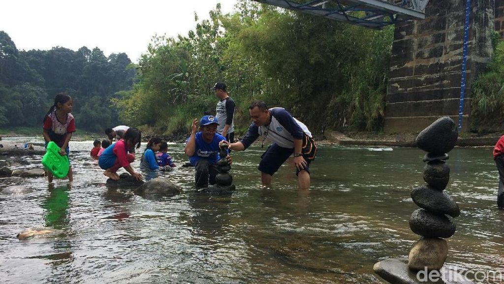 Foto: Serunya Rock Balancing di Sungai Citanduy Ciamis