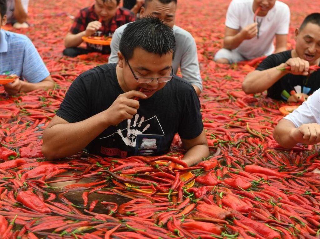 Foto: Kuat-kuatan Makan Pedas Sambil Berendam Air Cabai
