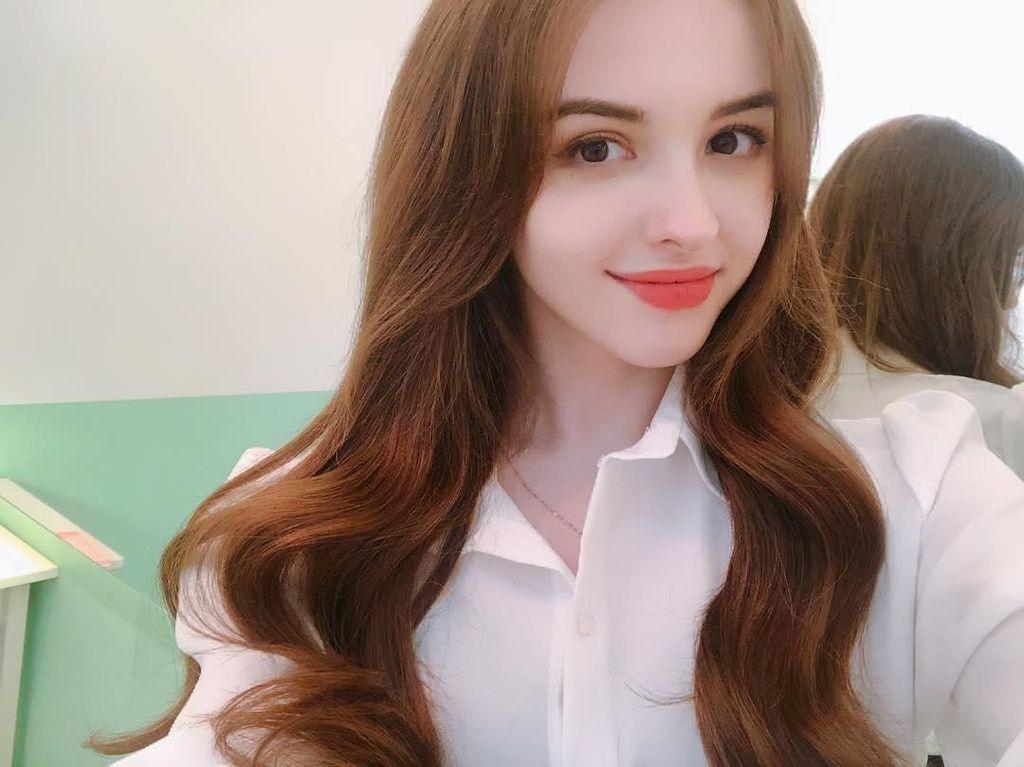10 Pesona Karimova Elina, Model Cantik Mirip Barbie yang Bikin Naksir