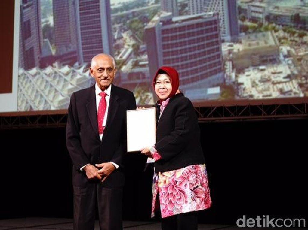 Risma Sempat Minder Terima Lee Kuan Yew City Prize
