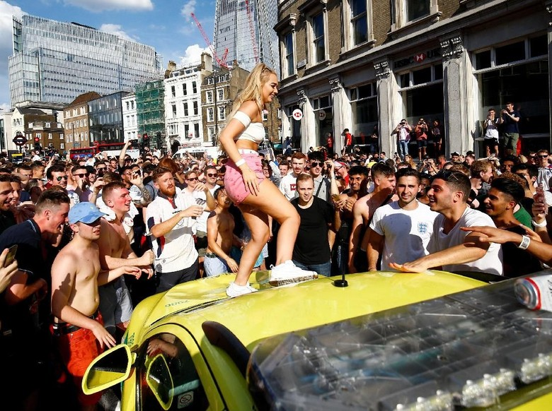 Selain Acak-acak Ikea, Hooligan Inggris Rusak Ambulans dan Taksi