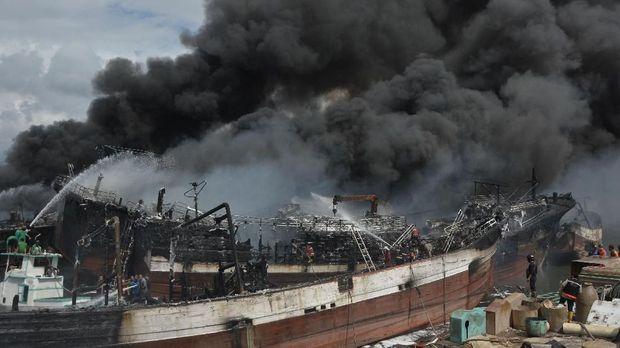Api Masih Menyala di Benoa Usai 32 Jam 40 Kapal Terbakar
