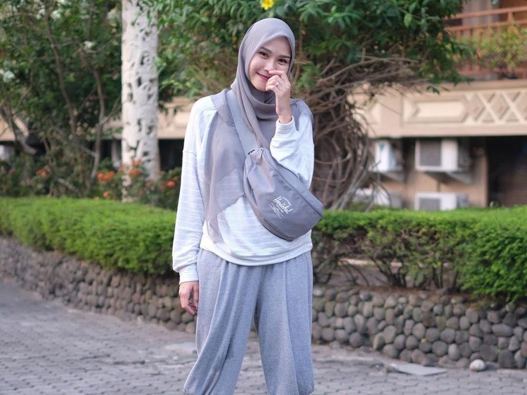 Gaya Hijab Liburan Anti Gerah ala Zaskia Adya Mecca