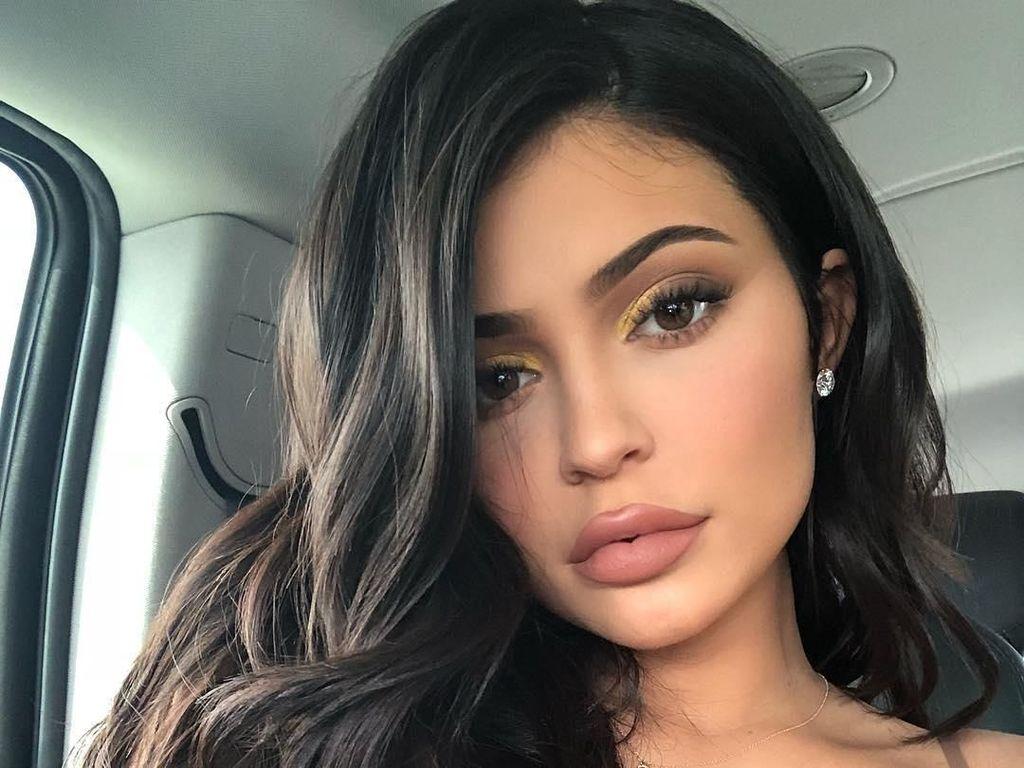 Inikah Alasan Kylie Jenner Tak Lagi Tebalkan Bibir dengan Filler?