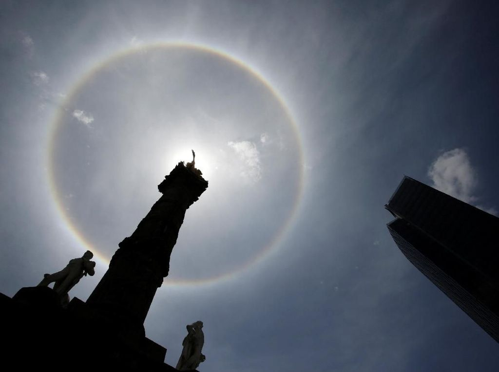 Cantiknya Matahari Halo di Monumen Kemerdekaan Meksiko