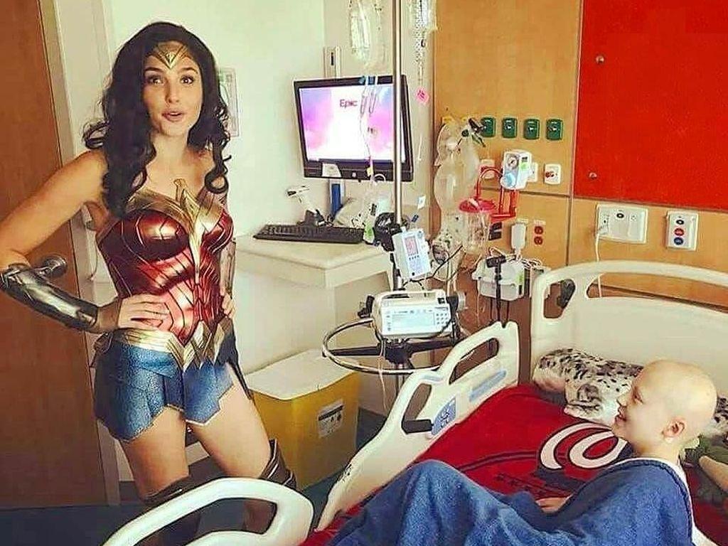 Gal Gadot Pakai Kostum Wonder Woman Saat Kunjungi Rumah Sakit