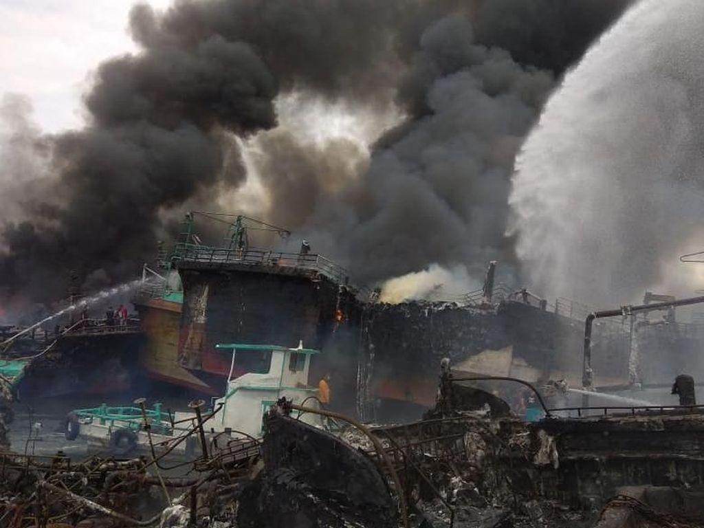 Foto: Asap Hitam di Pelabuhan Benoa Akibat Puluhan Kapal Terbakar