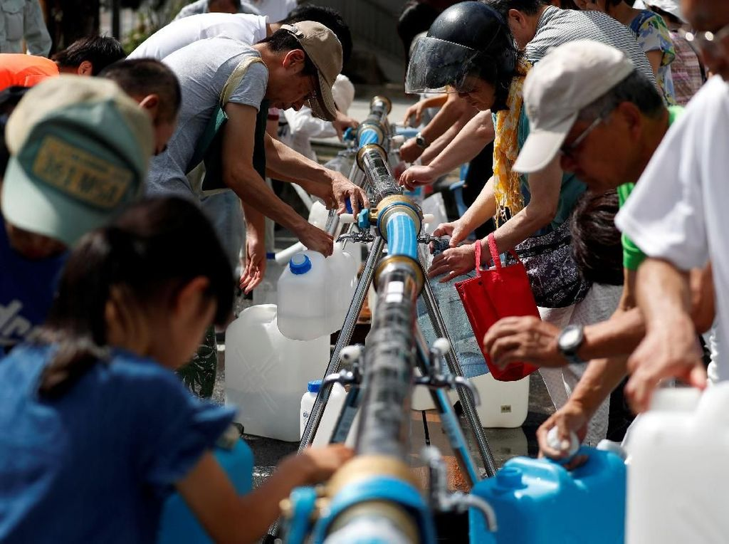 Korban Banjir Jepang Antre Air Bersih