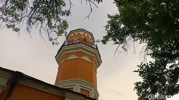 Masjid ini juga memiliki menara meski tak berukuran terlalu besar
