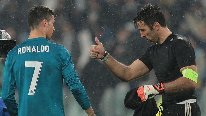 Gigi Buffon sedikit menyesal tak pernah setim dengan Cristiano Ronaldo (Emilio Andreoli/Getty Images)