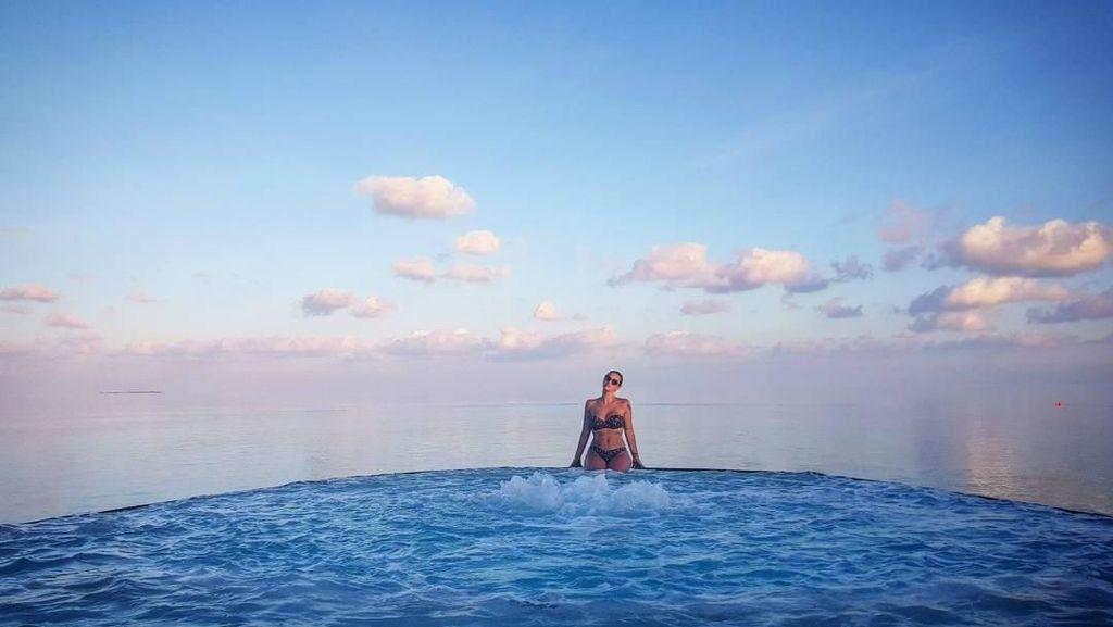 Foto: WAGs Belgia dan Pantai Cantik yang Dikunjunginya