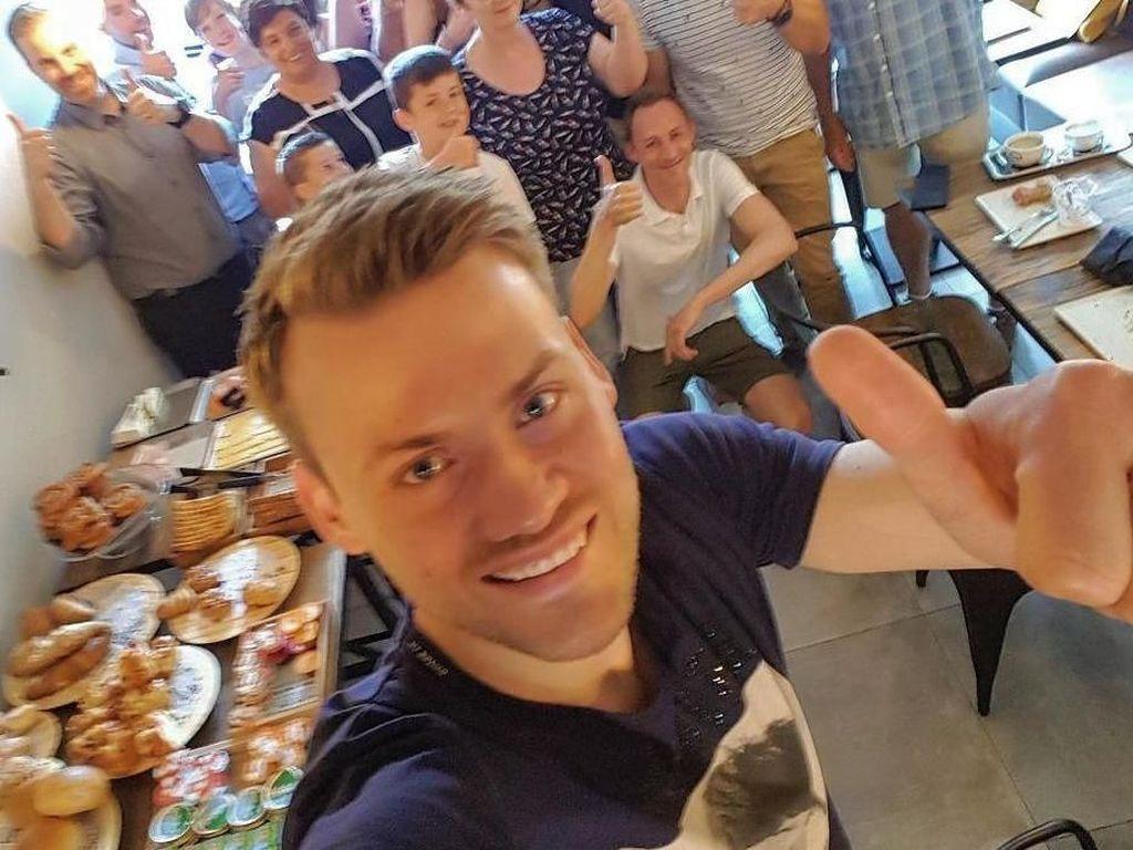 10 Momen Kiper Jago Belgia, Simon Mignolet Saat Makan Bareng Istri dan Fans