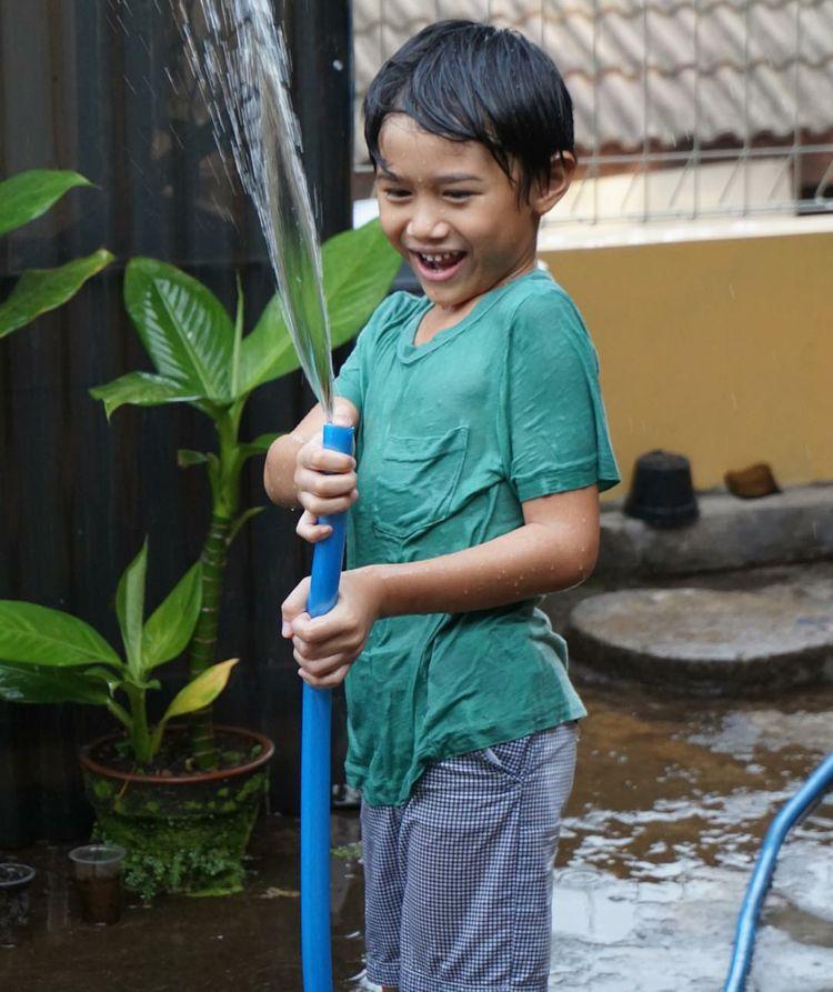 Tahun ini, Pitu genap berumur 7 tahun. Wah pas ya dengan namanya. Karena pitu dalam bahasa Jawa berarti tujuh. (Foto: Instagram/sarahcandra)