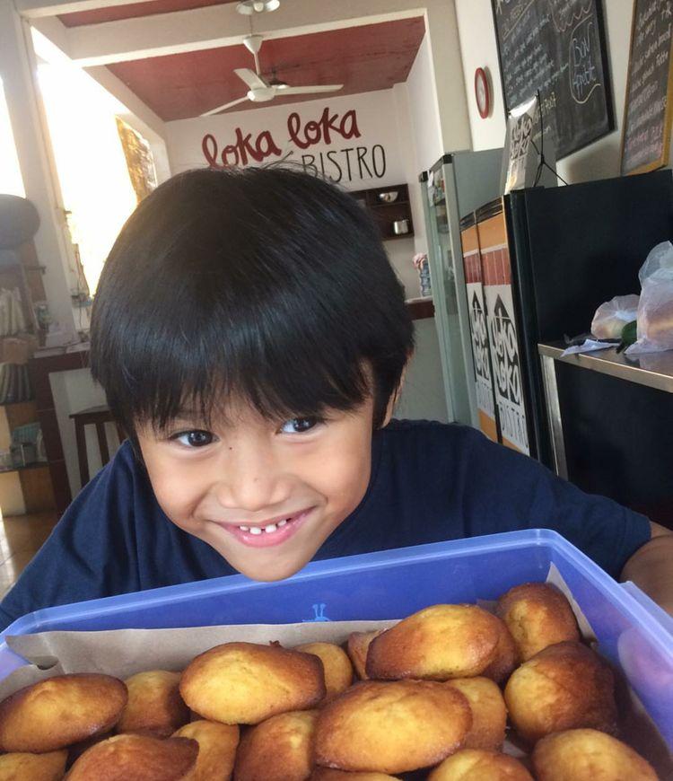 Ekspresi Pitu ketika melihat makanan favoritnya. Lucu dan happy! (Foto: Instagram/sarahcandra)