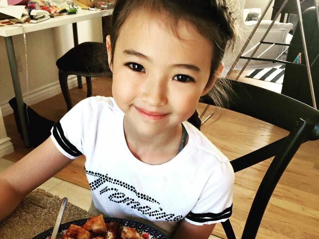 Cantiknya Ella Gross, Model Anak Keturunan Korea-Amerika yang Doyan Donat