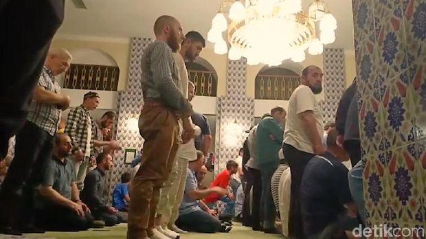 Suasana sholat di Masjid Tua Moskow
