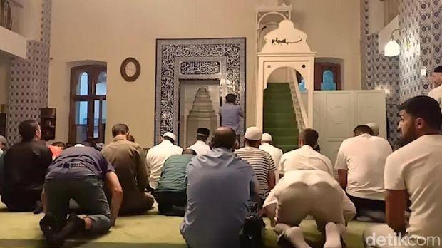 Mimbar kecil terletak di sisi depan masjid