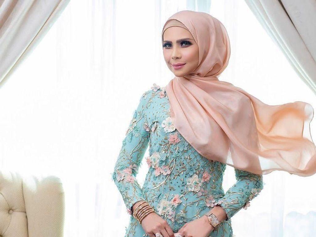 Gaya Hijab Seleb Cantik Malaysia, Selalu Matching Pakai Tas Mewah