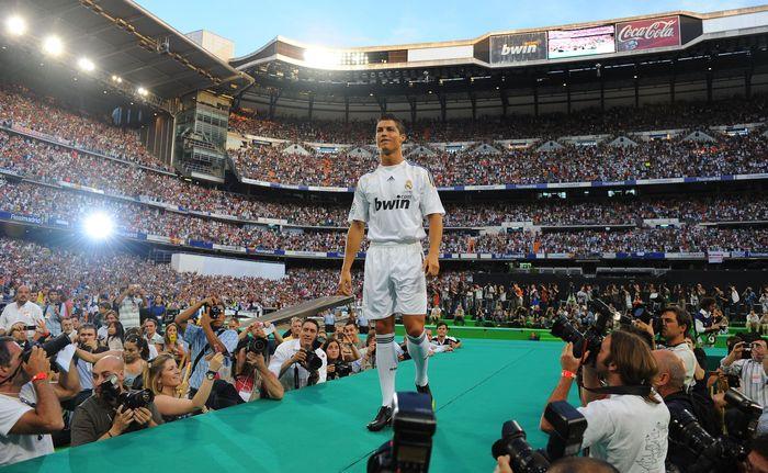 Cristiano Ronaldo datang ke Real Madrid pada awal musim 2009/2010 dari Manchester United. Dia dibeli Madrid dengan biaya 80 juta pound sterling yang saat itu memecahkan rekor dunia. 80 ribu fans datang di acara perkenalannya, memecahkan rekor 25 tahun dalam ajang perkenalan pemain. (Foto: Denis Doyle/Getty Images)