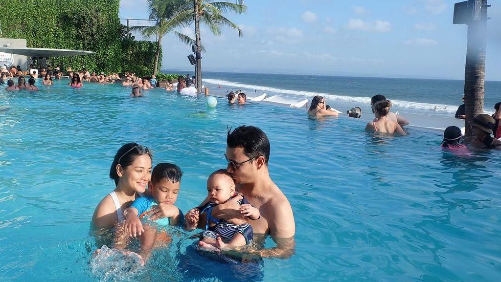 Foto: Asyiknya Titi Kamal & Christian Sugiono Liburan di Bali