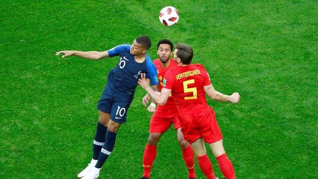Moussa Dembele dan Marouane Fellaini lebih sering membantu Jan Vertonghen menghadapi Kylian Mbappe.